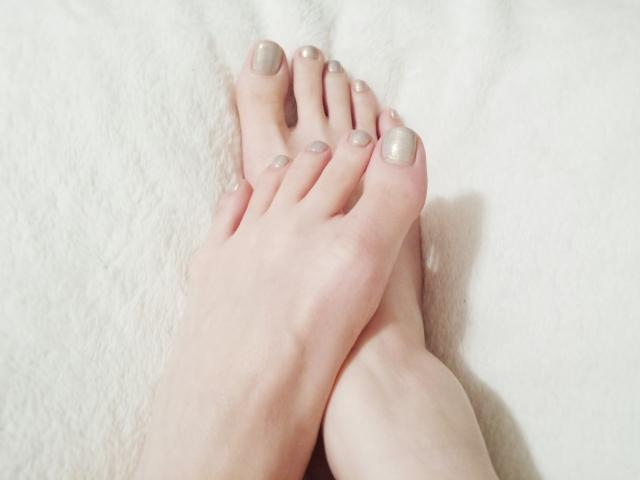 マニキュアの塗り方!初心者でも足のマニキュアをムラなく塗る方法!